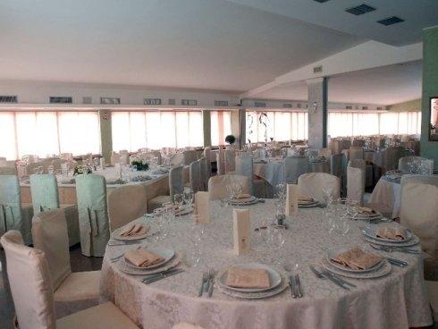 sala di un ristorante preparata in maniera elegante