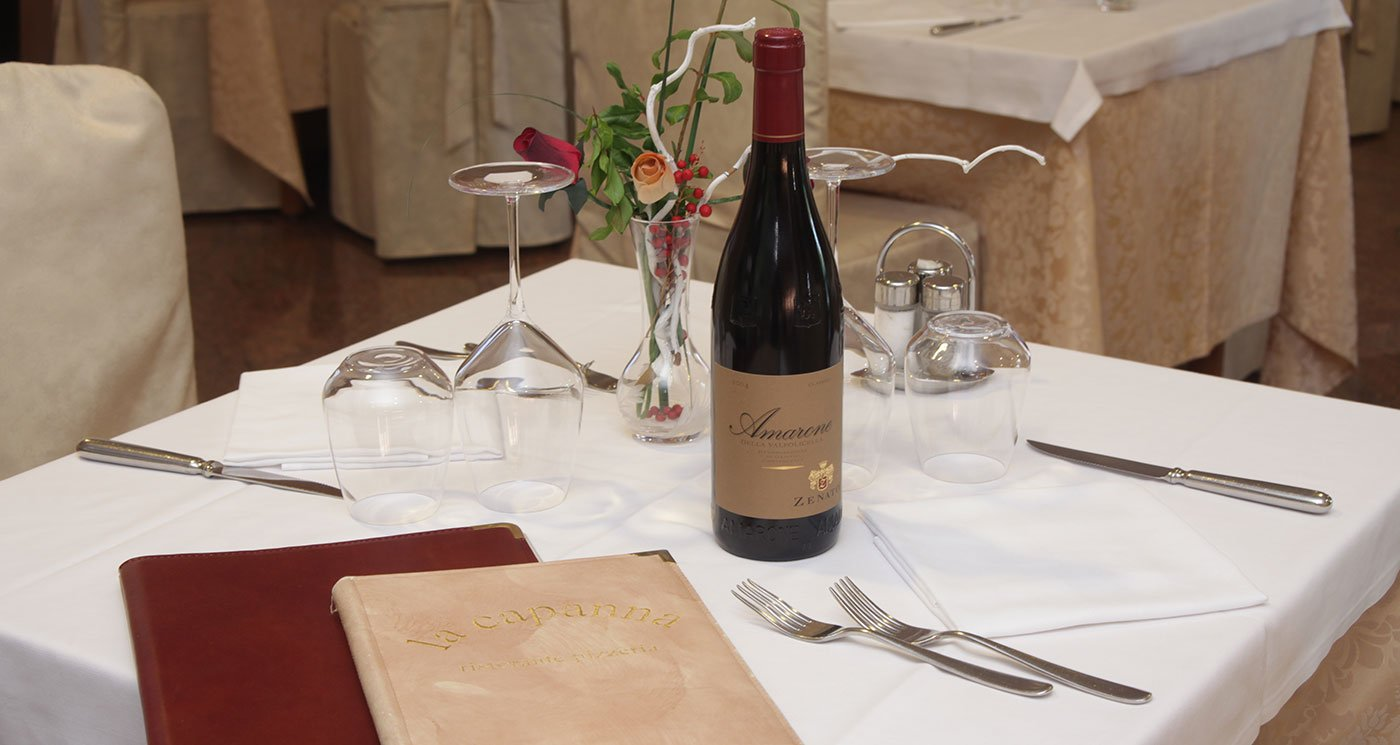 Bottiglia del vino sulla tavola al Ristorante Pizzeria La Capanna a Castiglione Delle Stiviere