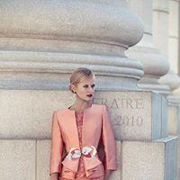 una donna con un tailleur di color rosa