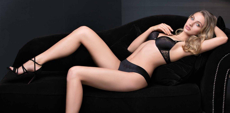 donna indossa completo intimo e sandali neri