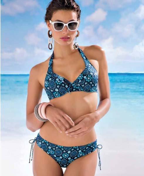 donna in bikini blu con motivo geometrico