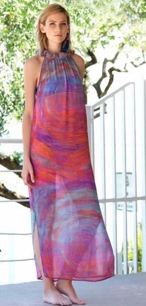 donna indossa caftano multicolor