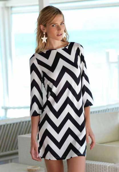 donna indossa vestito bianco e nero con motivo a zig-zag
