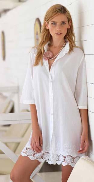 donna indossa abito-camicia bianco