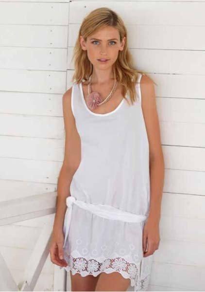 donna indossa prendisole bianco