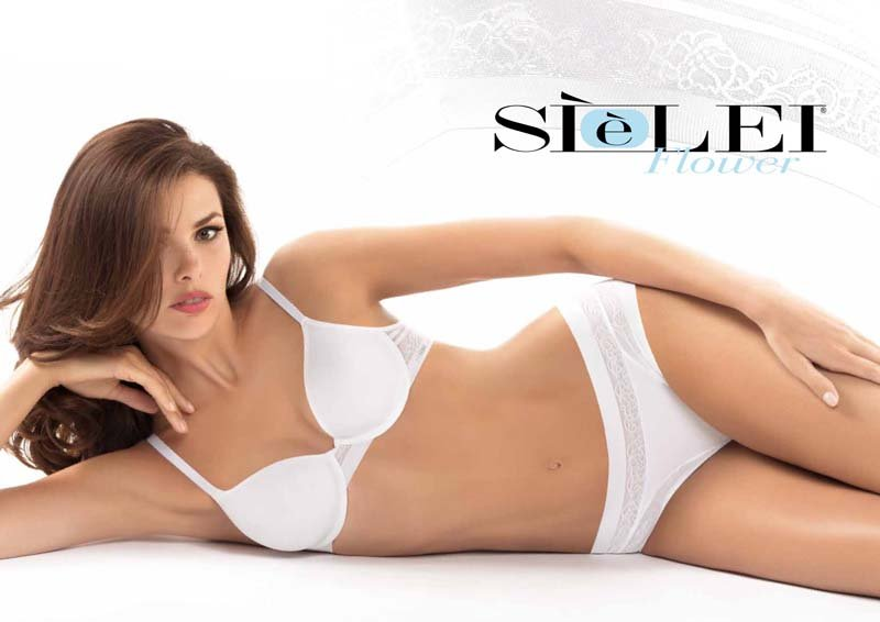 modella indossa completo intimo bianco