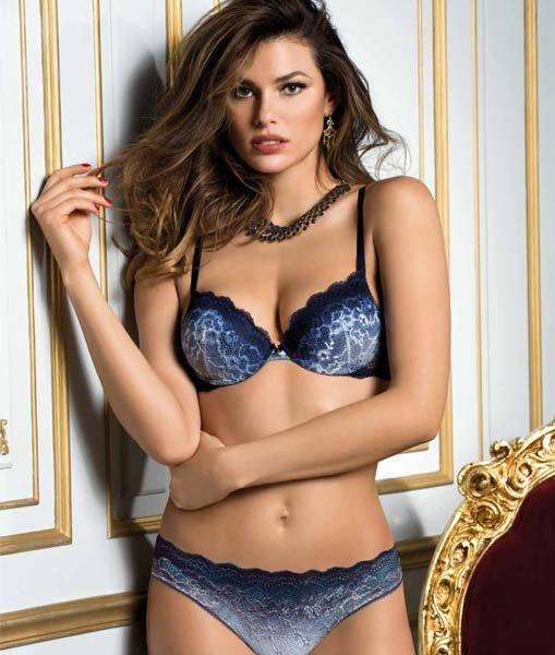 modella indossa completo intimo blu