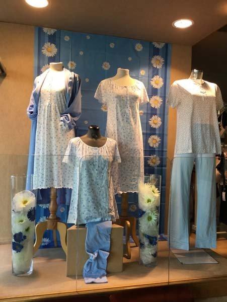 vetrina di pigiami bianchi e azzurri