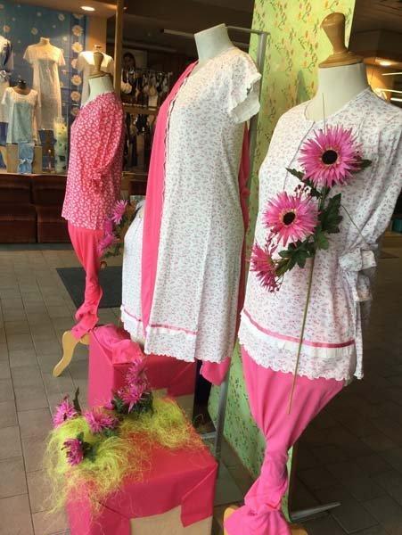 pigiami rosa e bianchi su manichini