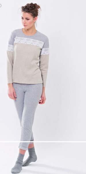 ragazza indossa pigiama grigio e beige
