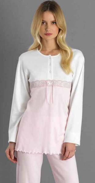 donna indossa pigiama rosa e bianco