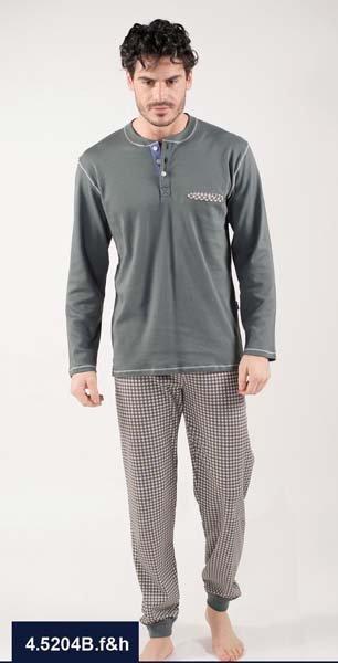 modello indossa pigiama grigio