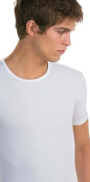 modello indossa maglia a maniche corte bianca