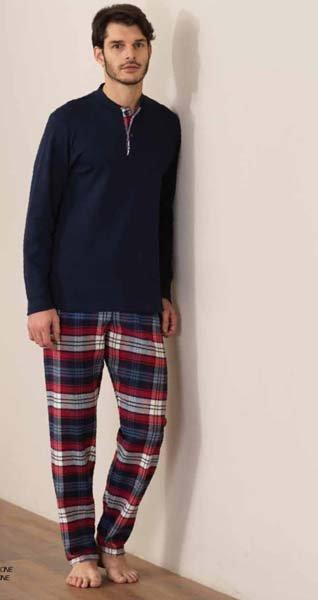 modello indossa pigiama con pantaloni a righe e maglia blu