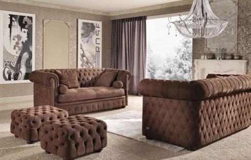 un salotto con due divani marroni imbottiti e un pouf