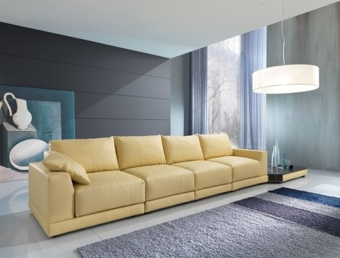 un divano in pelle giallo