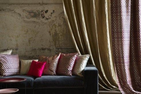 muro stile antico con divano e cuscini
