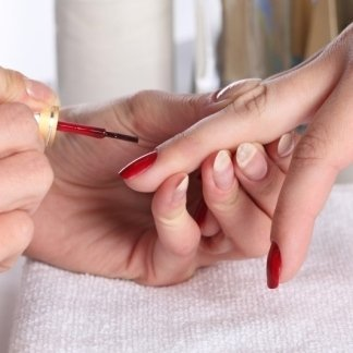 applicazione smalto, ricostruzione unghie, taglio unghie