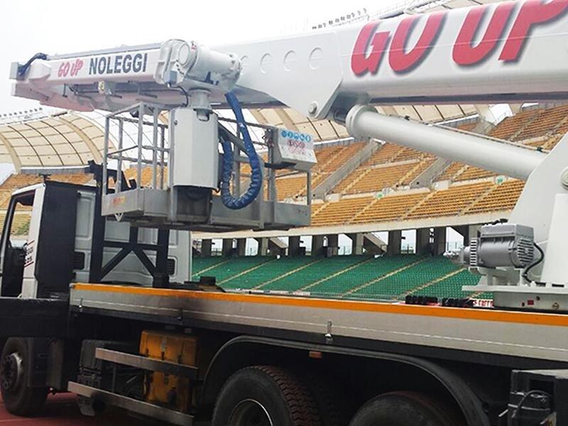 piattaforma aerea utilizzata per lavori allo stadio