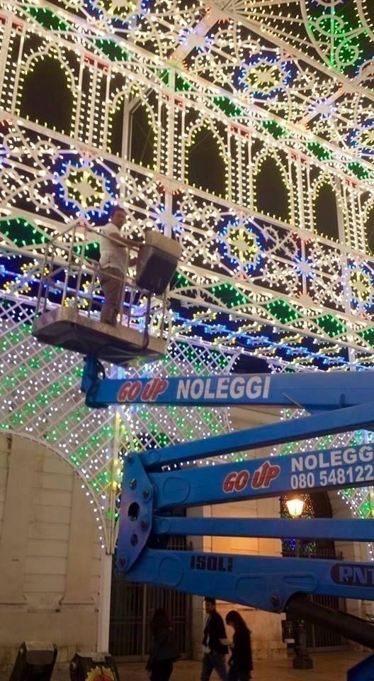 piattaforma aerea utilizzata per l'installazione di luci natalizie