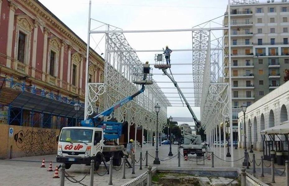 piattaforma aerea utilizzata per la costruzione di struttura temporary