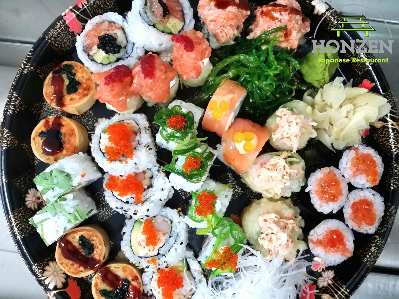 Un piatto con misto di sushi e salsa wasabi