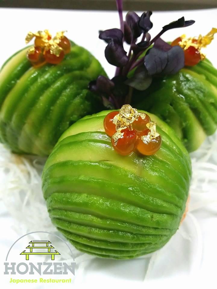 Un piatto con delle verdure tagliate a dischetti e decorati con delle foglie do color viola