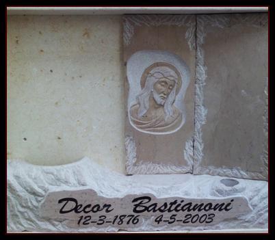 un marmo raffigurante Gesù Cristo e la scritta Decor Bastianoni