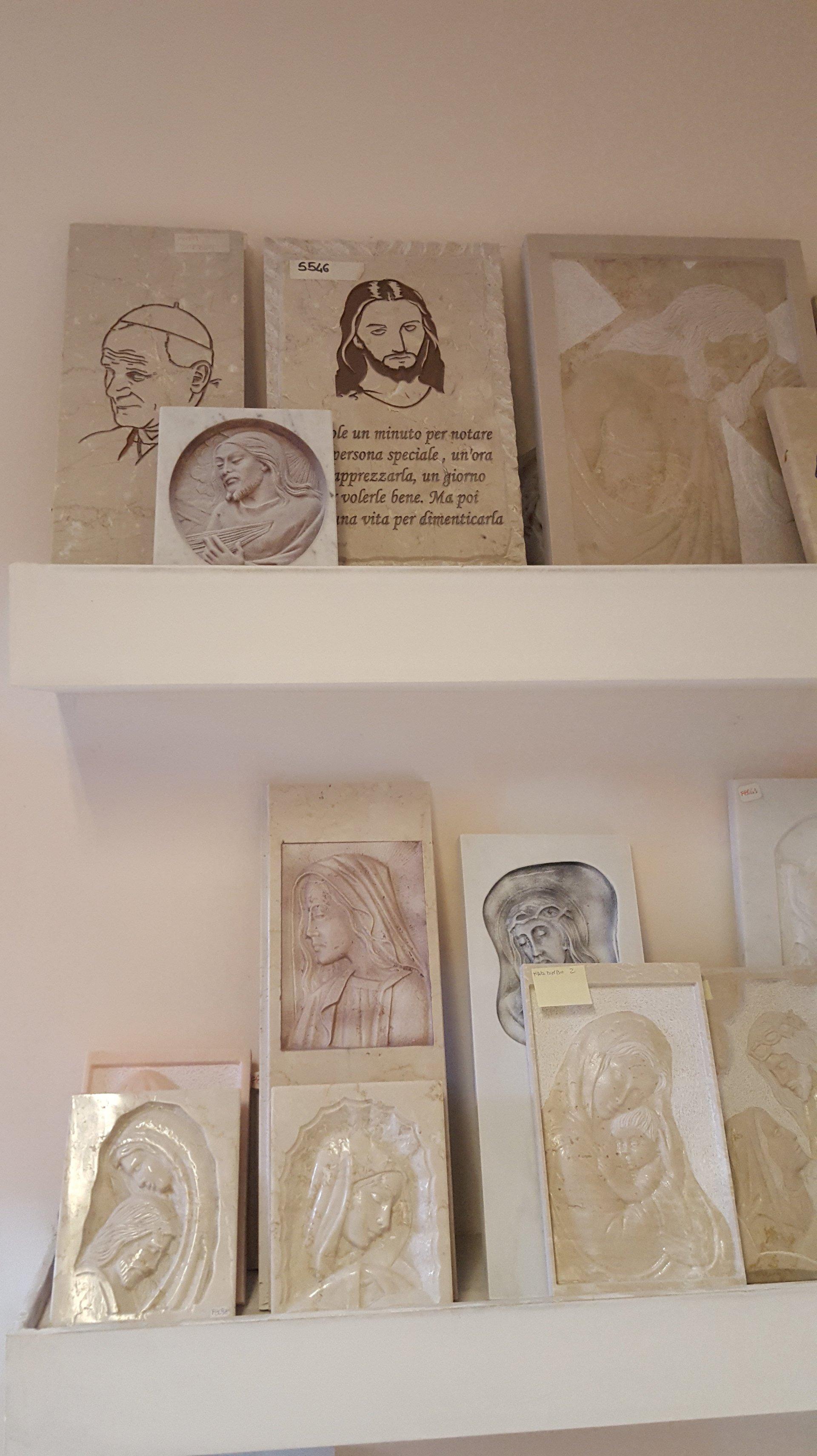 un marmo raffigurante la Madonna e la scritta Decorarmi Arte