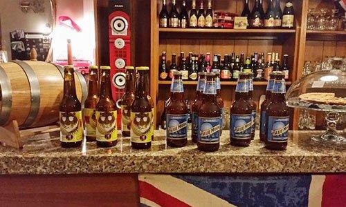 delle bottiglie di birra sul bancone del bar