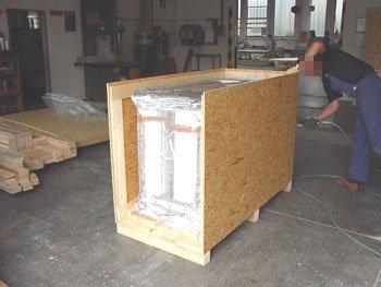 Mobile imballato con pellicola all'interno di una cassa.
