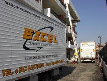 Fianco di un furgone per traslochi con logo aziendale.
