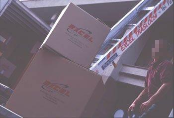 Primo piano di due scatoloni da imballaggio.