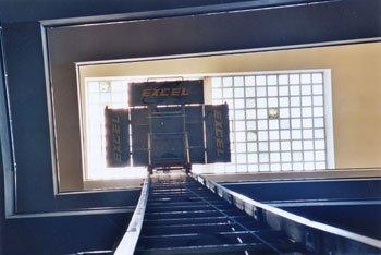 Inquadratura dall'alto di una piattaforma aerea con logo aziendale.