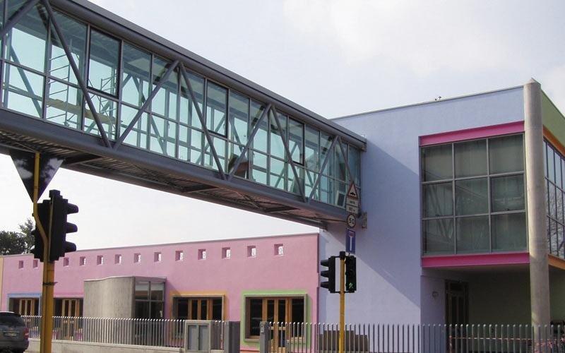 ponte in vetro tra due edifici