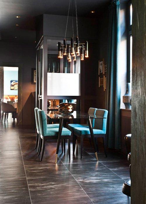 tavolo in vetro con sedie azzurre