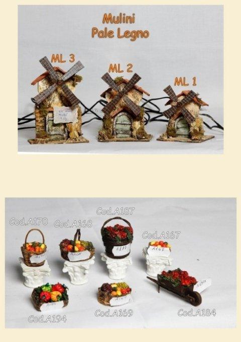 Mulini con pale in legno e cesti con frutta