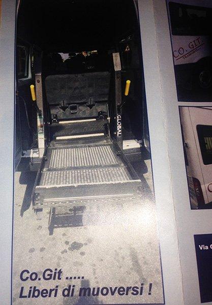 vista dal retro dell'interno del piccolo pullman con il vano posteriore aperto e una piattaforma che sporge