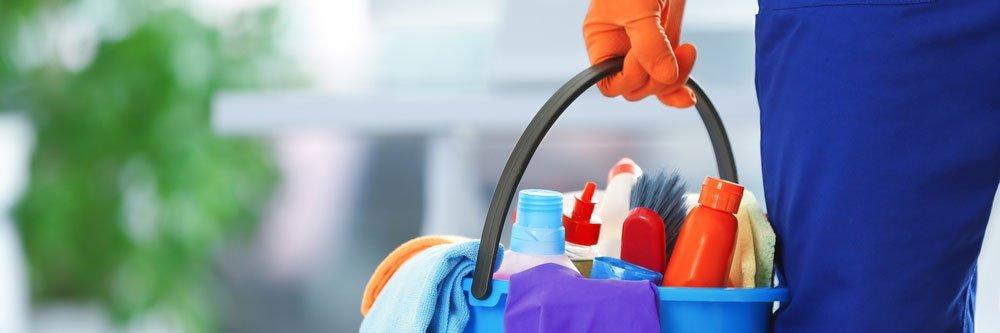 secchio con prodotti per la pulizia