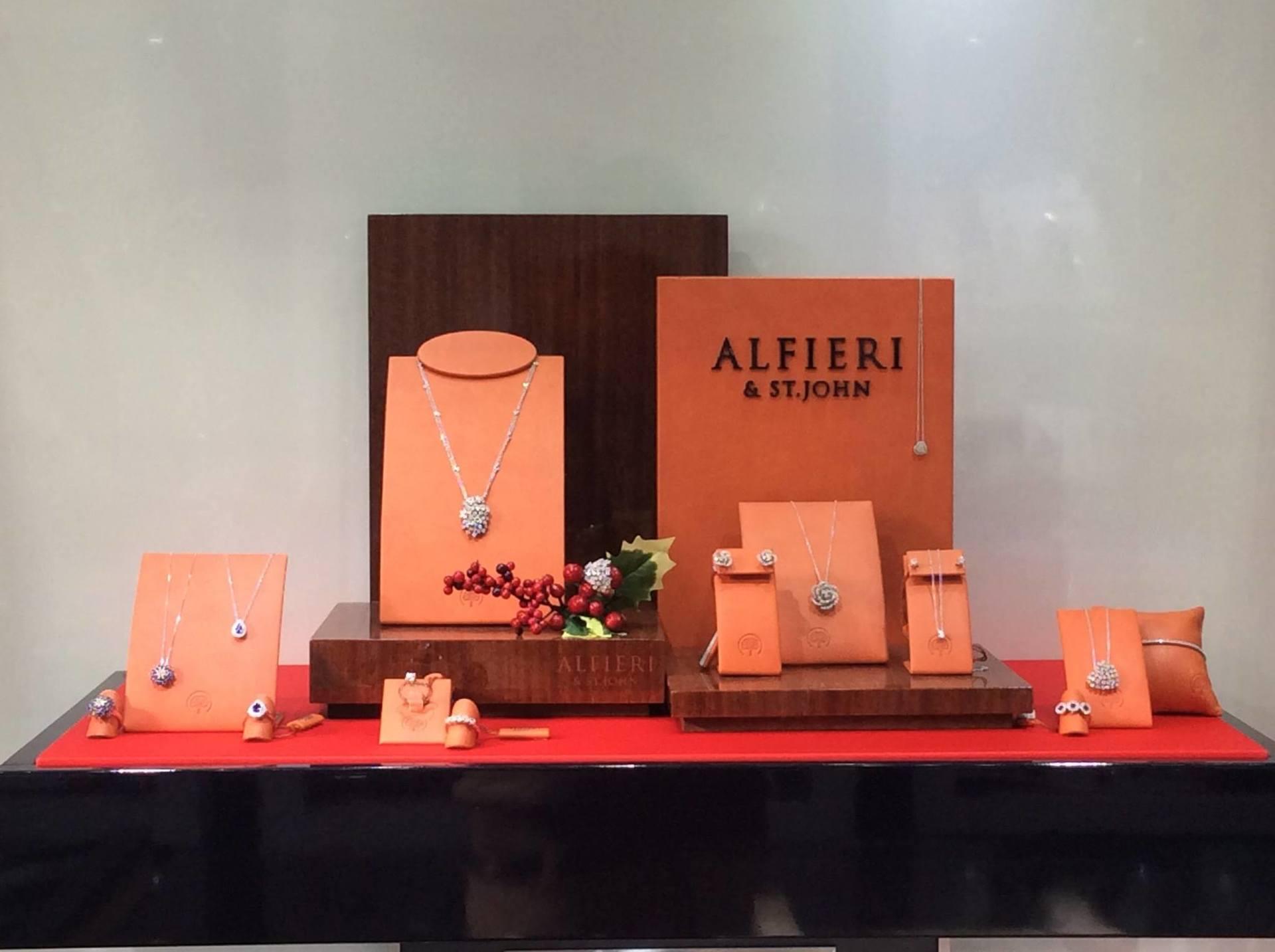vetrina dell'esterno del negozio con alcuni gioielli