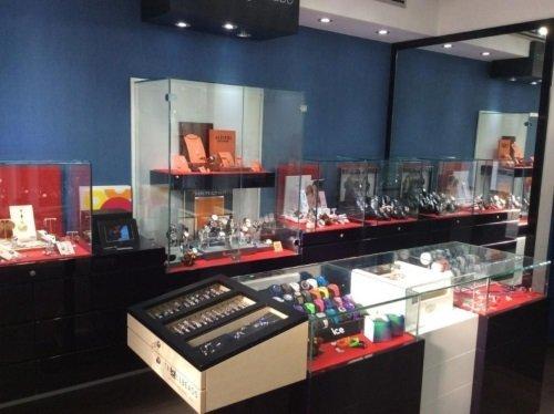 interno del negozio con diverse vetrine con gioielli in esposizione