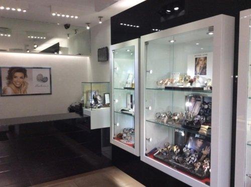 Interno del negozio, vetrine con orologi