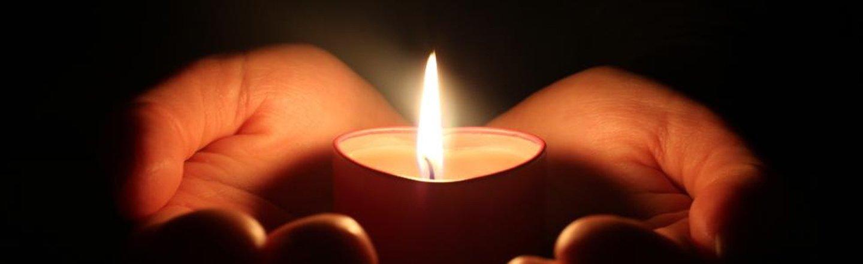 una candela tra le mani di una donna