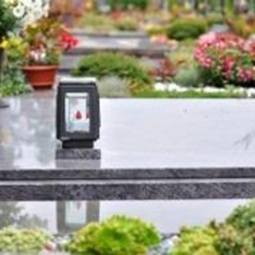 monumento funebre in un cimitero