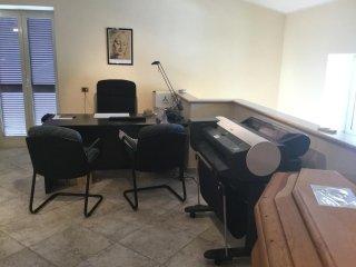 ufficio delle onoranze funebri con scrivania e poltrone