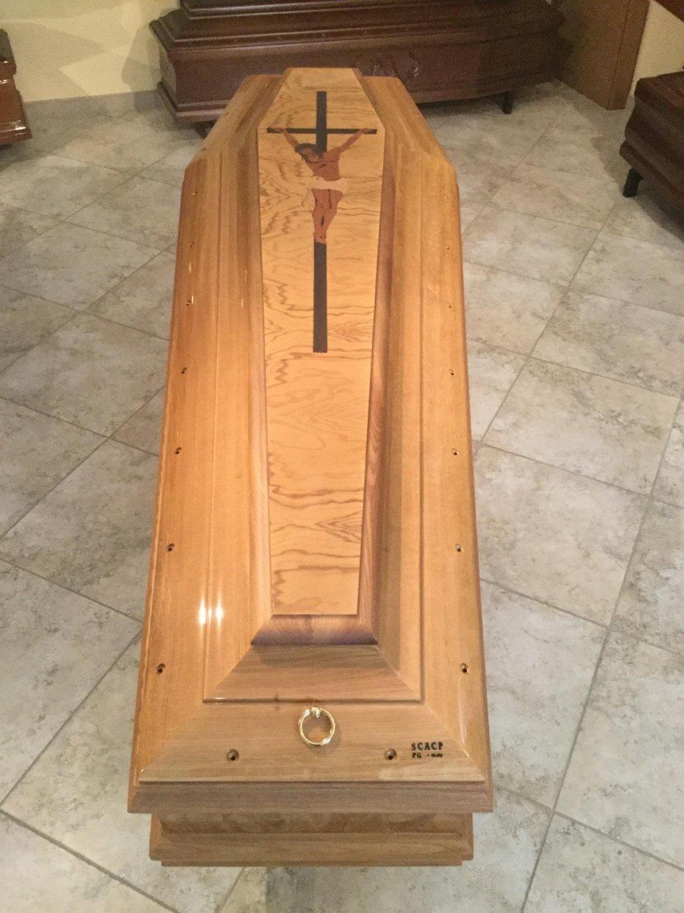 un cofano funebre con croce intagliata