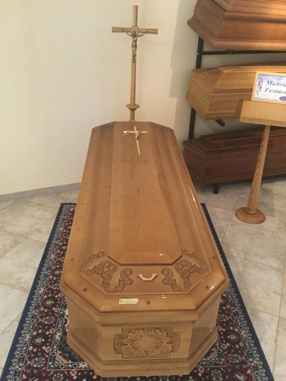un cofano funebre in legno su un tappeto