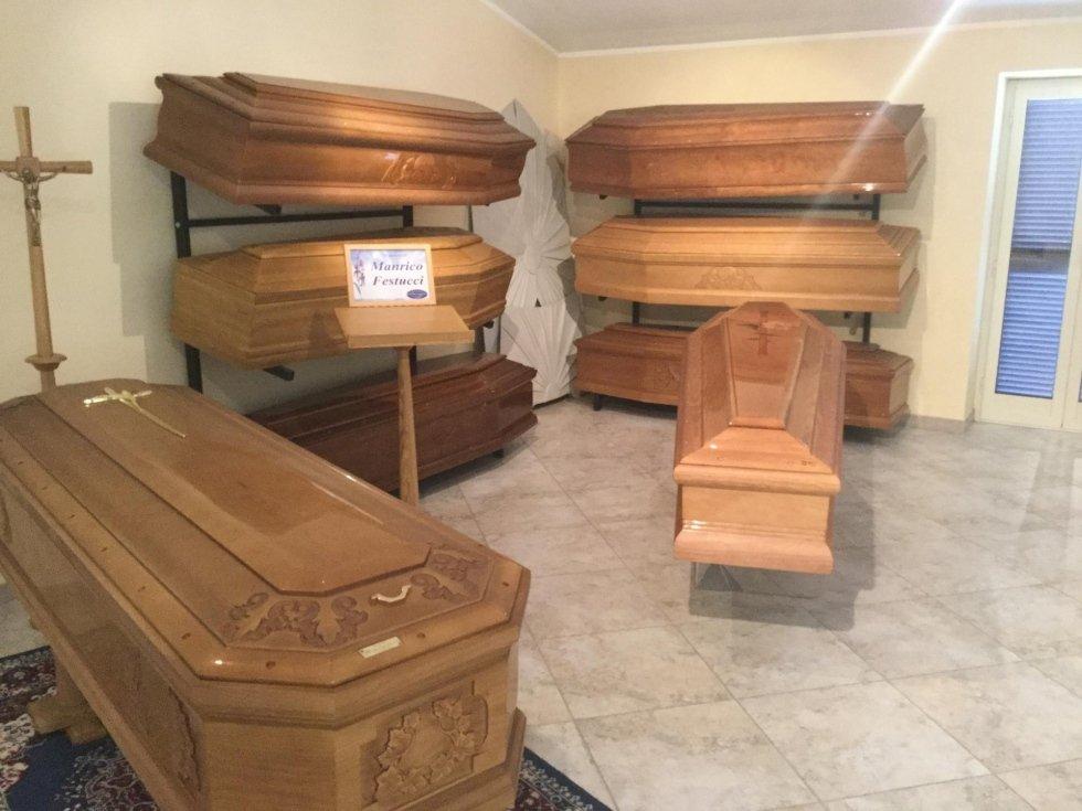 cofani funebri in stanza dell'agenzia di pompe funebri