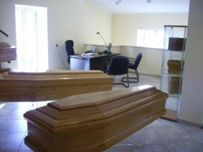 due cofani funebri nell'ufficio dell'agenzia