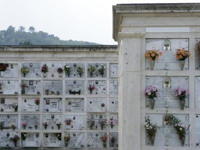 parete di loculi in cimitero